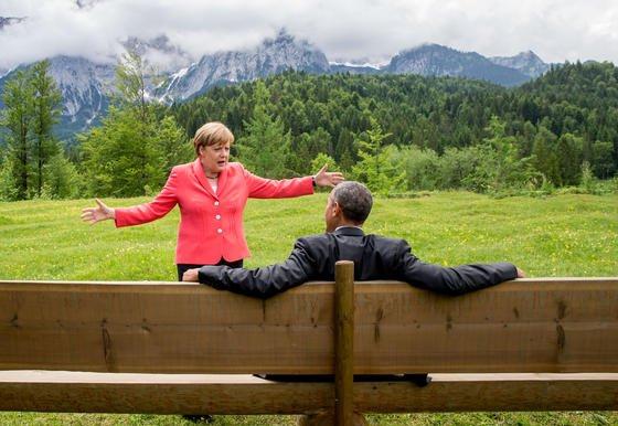 Bundeskanzlerin Angela Merkel im Sommer 2015 mit US-Präsident Barack Obama auf einer Wiese bei Schloss Elmau: Was dieses Vieraugengespräch mit Ihrem Jahresendgespräch zu tun hat? Sie können sicher sein, dass beide Seiten vorbereitet in das Treffen gegangen sind.