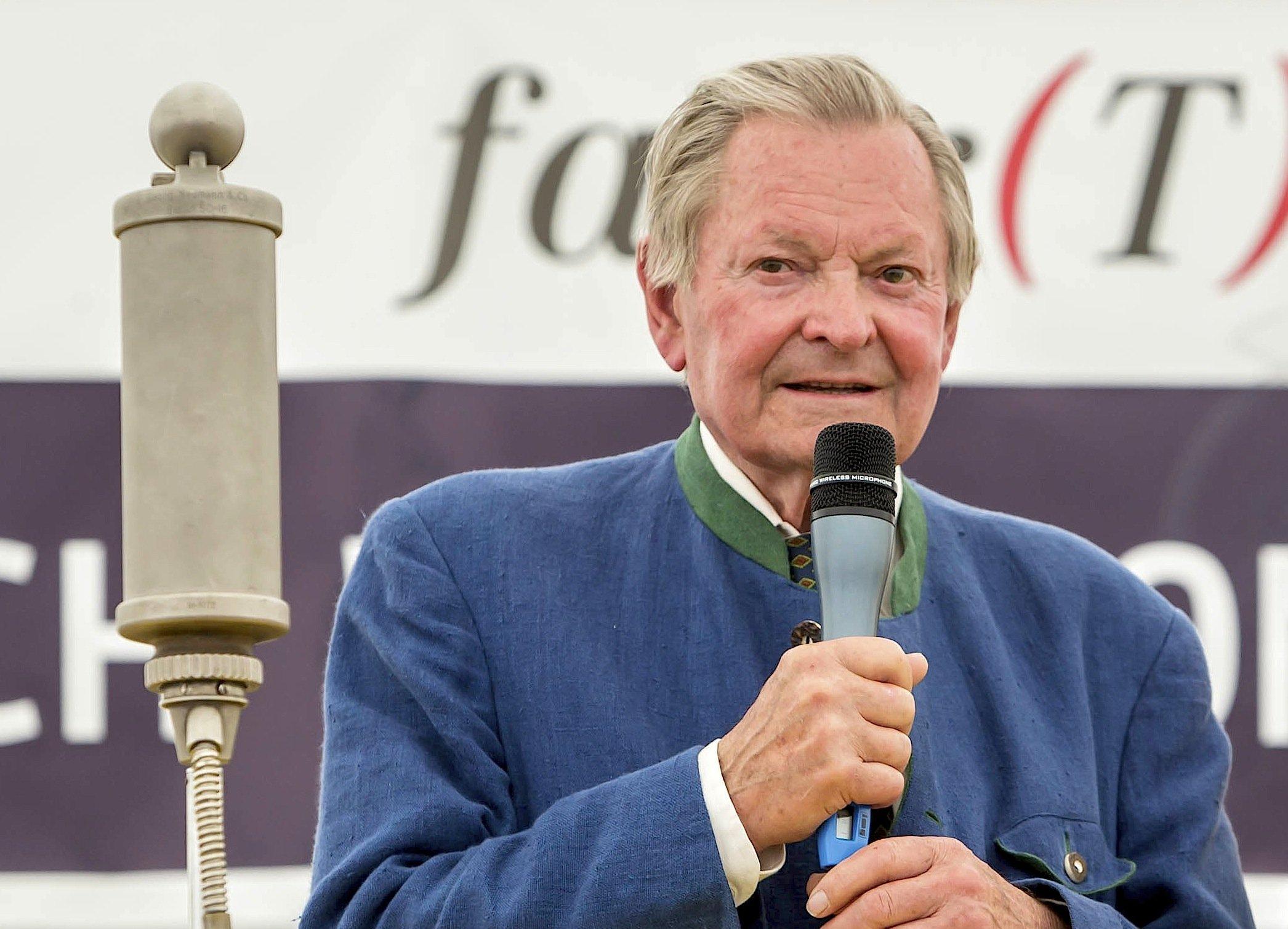 Porsche-Enkel Ernst Piëch rechnet aktuell mit der Automobilpolitik in Deutschland ab. Das Auto sei ein Auslaufmodell.