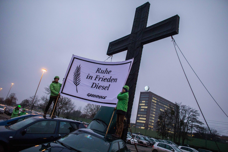 Demonstration von Greenpeace gegen Dieselmotoren vor der VW-Konzernzentrale in Wolfsburg: Doch auch Elektroautos sind angesichts des aktuellen Strommixes in Deutschland Dreckschleudern, kritisiert Porsche-Enkel Ernst Piëch.