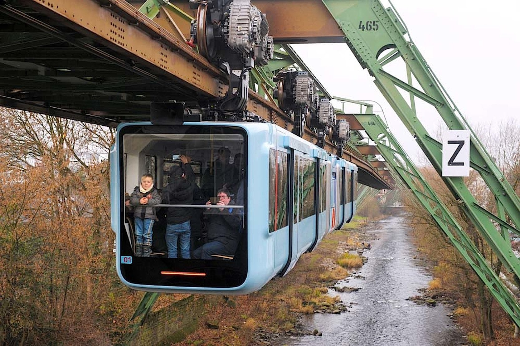 Die Wuppertaler Schwebebahn fährt zum Teil direkt über der Wupper. Angetrieben wird jeder Zug von vierDrehstromasynchronmotoren, die auf dem Foto deutlich zu sehen sind.