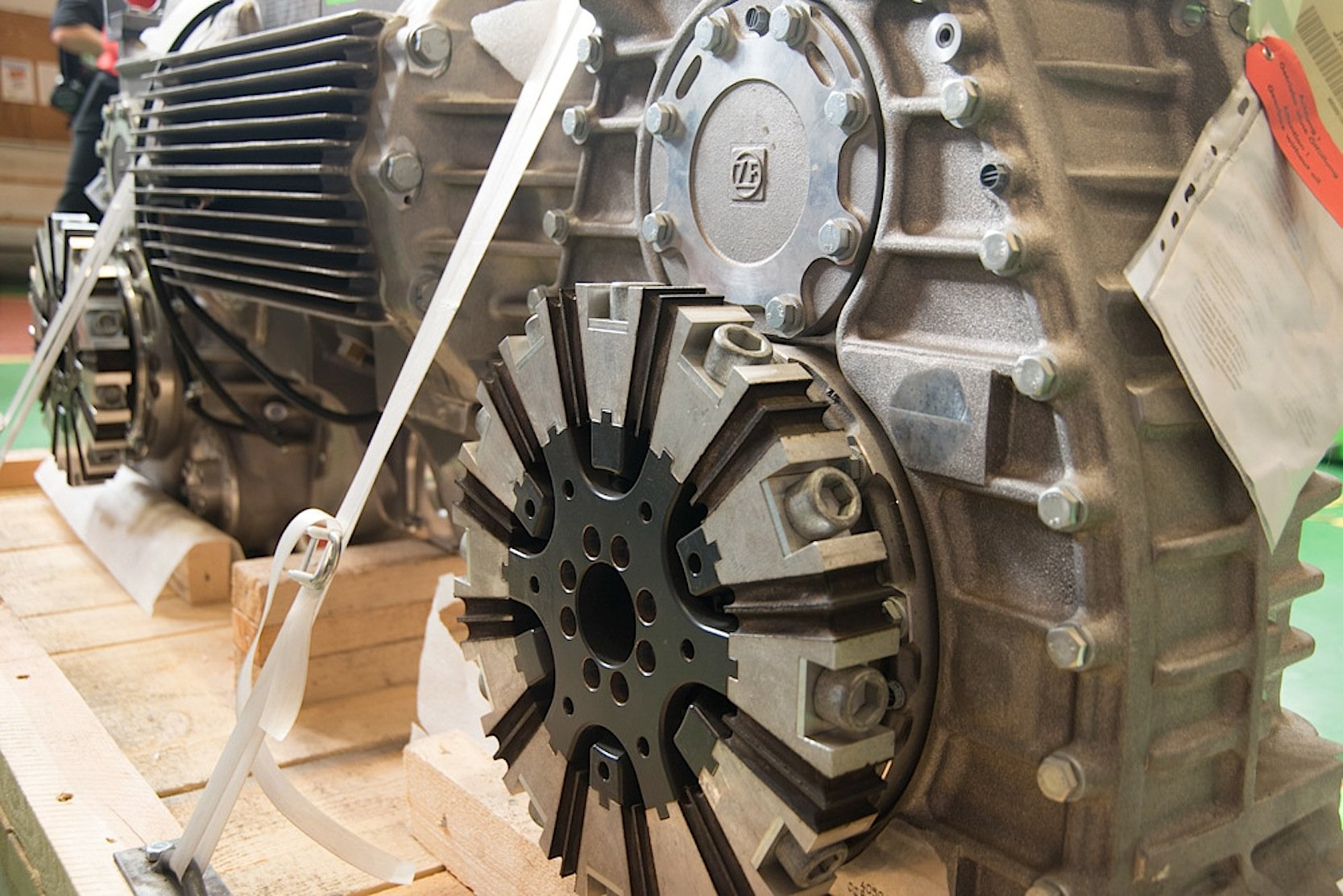 Die speziell für die Schwebebahn entwickelten Getriebe lieferte ZF. Die Elektromotoren stammen von Vossloh Kiepe.