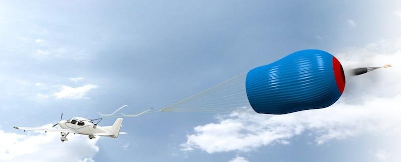 Flugzeug mit geöffnetem Fallschirm.