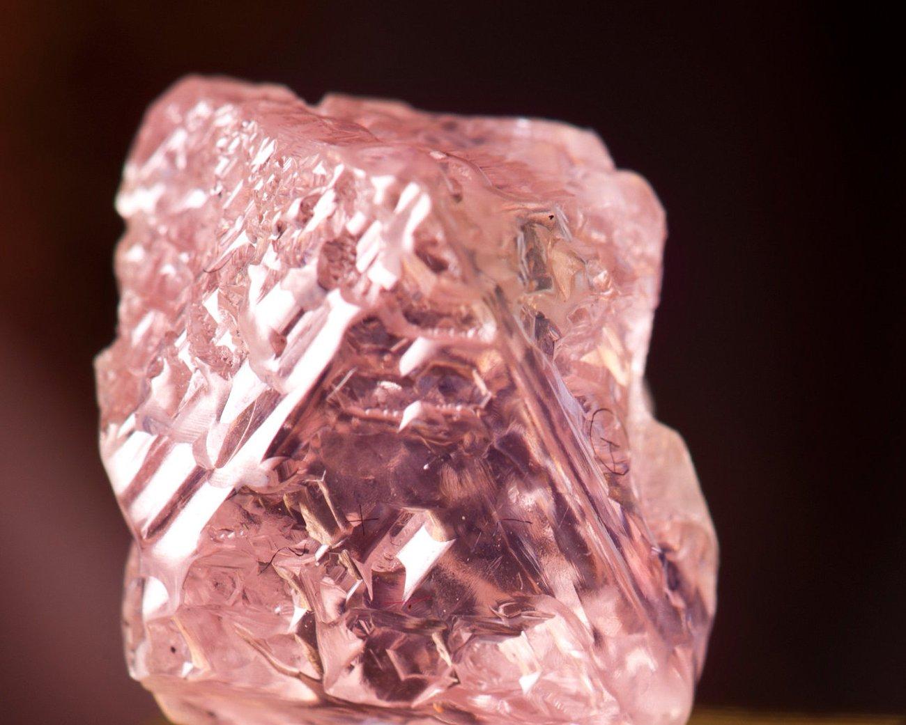 Forscher der Harvard Universität haben aus rosafarbenem Diamant das kleinste Radio der Welt gebaut.