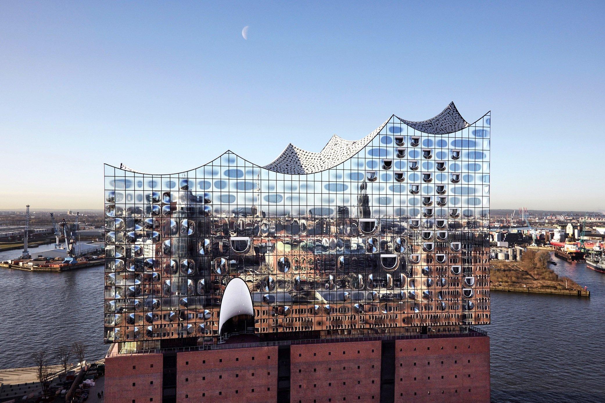 Spiegelung Hamburgs in der Glasfassade der neuen Elbphilharmonie.