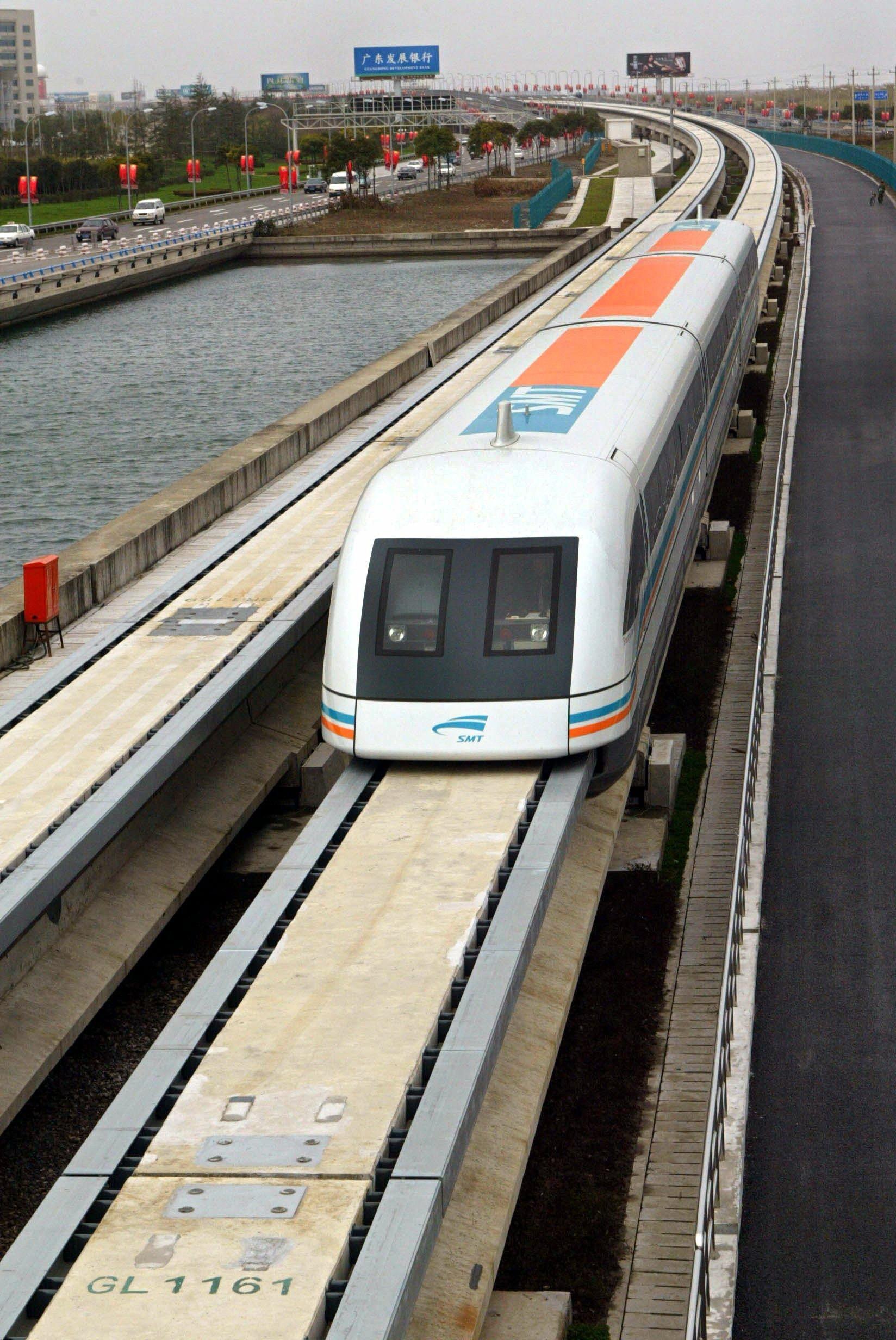 Transrapid in Shanghai: Auf Wohlwollen bei der Bevölkerungen stoßen die Züge besonders wegen ihres geringen Geräuschpegels. Die unklaren gesundheitlichen Auswirkungen der elektromagnetischen Strahlung sind allerdings Grund zum Streit.
