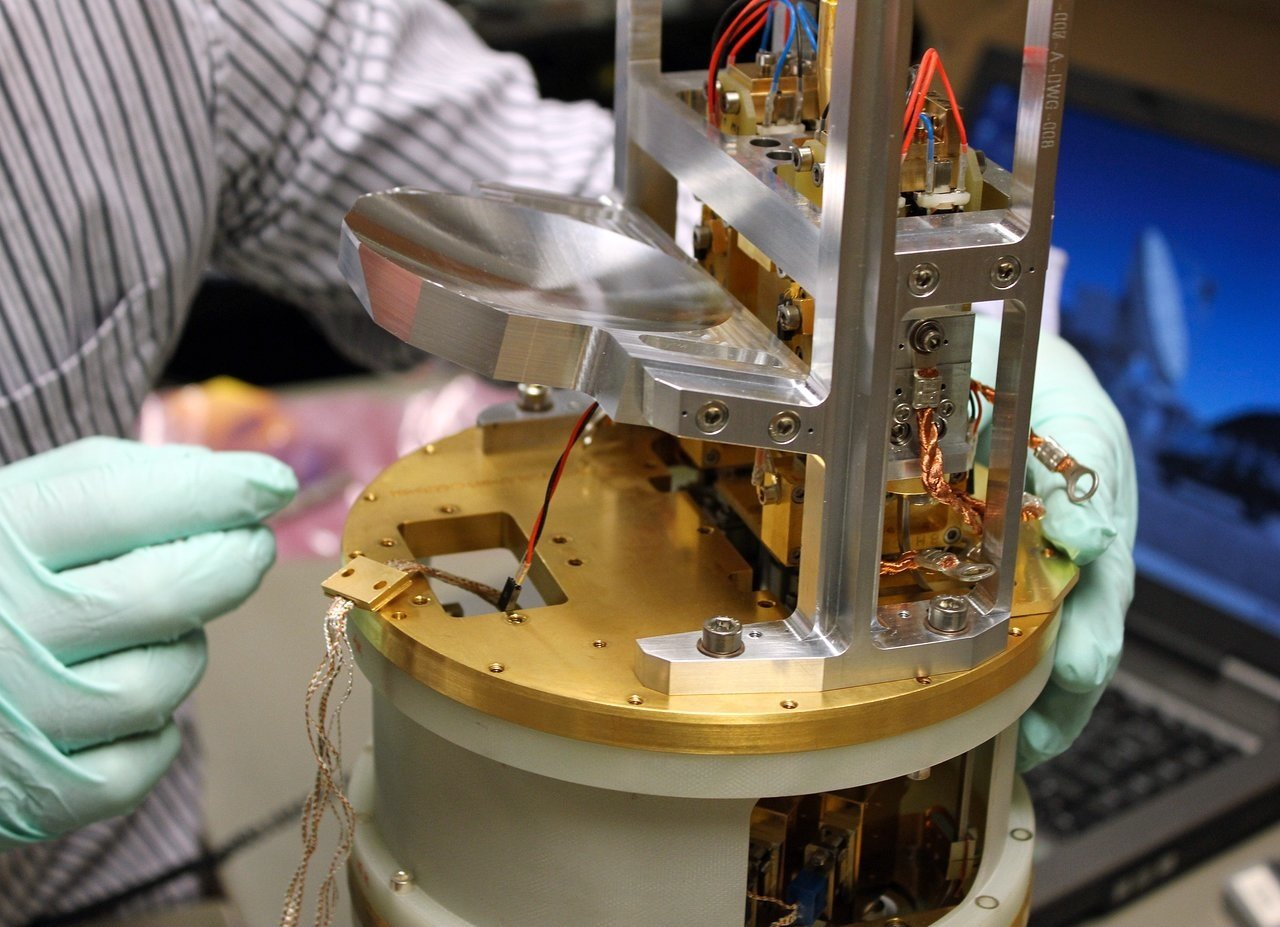 Dieses Bild zeigt eines der ersten sechs Band 5-Empfängermodule, die für Alma gebaut wurden. Extrem schwache Signale aus dem Weltall werden durch die Alma-Antennen gesammelt und auf die Empfänger fokussiert, die die schwache Strahlung dann in ein elektrisches Signal umwandeln. Die Band 5-Empfänger sind in der Lage, elektromagnetische Strahlung zwischen 1,4 und 1,8 mm Wellenlänge zu nachzuweisen – das entspricht Frequenzen von 211 bis 163 Gigahertz.