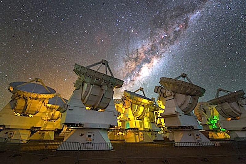 Die Milchstraße über den Antennenschüsseln des Alma-Observatoriums.