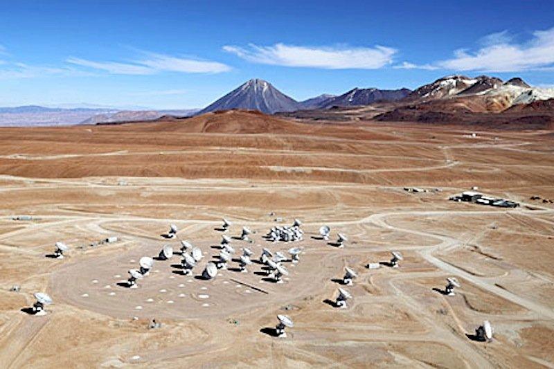 Luftaufnahme des Chajnantor-Plateaus, das sich auf 5.000 Meter Höhe über dem Meeresspiegel in den chilenischen Anden befindet und Standort des Alma-Observatoriums ist. Die großen Antennenschüsseln haben einen Durchmesser von 12 m, außerdem ergeben zwölf kleinere Antennen mit einem Durchmesser von 7 m das Alma Compact Array.