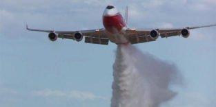 Der größte Feuerwehr-Jumbo der Welt kann 74 t Wasser versprühen