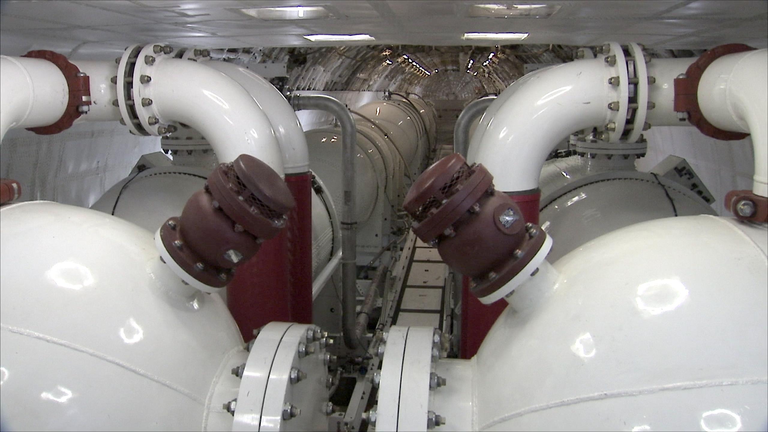 Die 74 t Flüssigkeit, die der Jumbo aufnehmen kann, werden in acht Tanks unter Druck gespeichert. Das Flugzeug kann auch Ölkatastrophen auf dem Meer bekämpfen oder als Transportflugzeug für chemikalische Flüssigkeiten dienen.