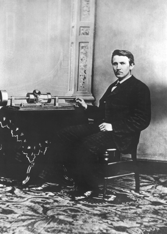 Der US-amerikanische Ingenieur und Erfinder Thomas Alva Edison 1878 mit seinem Phonographen, den er in der National Academy of Science in Washington ausstellt.