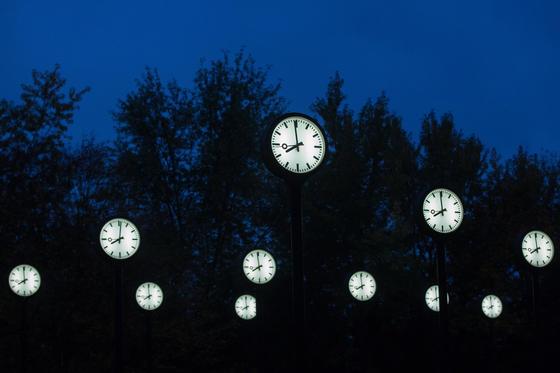 Der Installation «Zeitfeld» von Klaus Rinke in Düsseldorf: Hoffentlich müssen nicht auch noch diese Uhren in der Nacht zu Sonntag umgestellt werden. Müssen die Zeiger eigentlich vor- oder zurückgestellt werden? Wir haben ein paar Eselsbrücken für Sie.