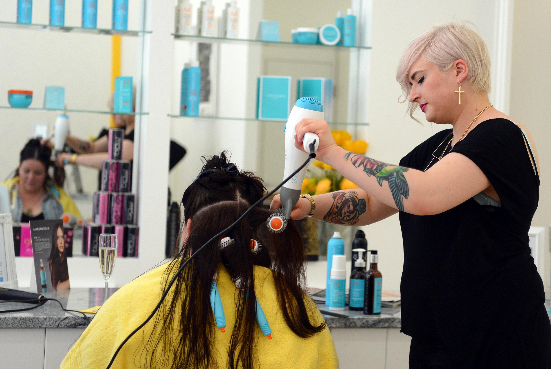 L' Oréal will die ersten Geräte zur klangvollen Haartherapie 2017 weltweit in Friseursalons einführen.