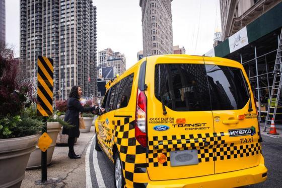 Amerikanisches Ford-Taxi mit Hybridantrieb: Ford hat seine Pläne für ein neues Werk in Mexiko aufgegeben und investiert stattdessen700 Millionen US-Dollar in das bestehende Werk in Flat Rock in Michigan. Dort sollen Autos mit Elektro- und Hybridantrieben gebaut werden. Jetzt wollen umgekehrt mexikanische Unternehmen keine Ford-Modelle mehr kaufen.