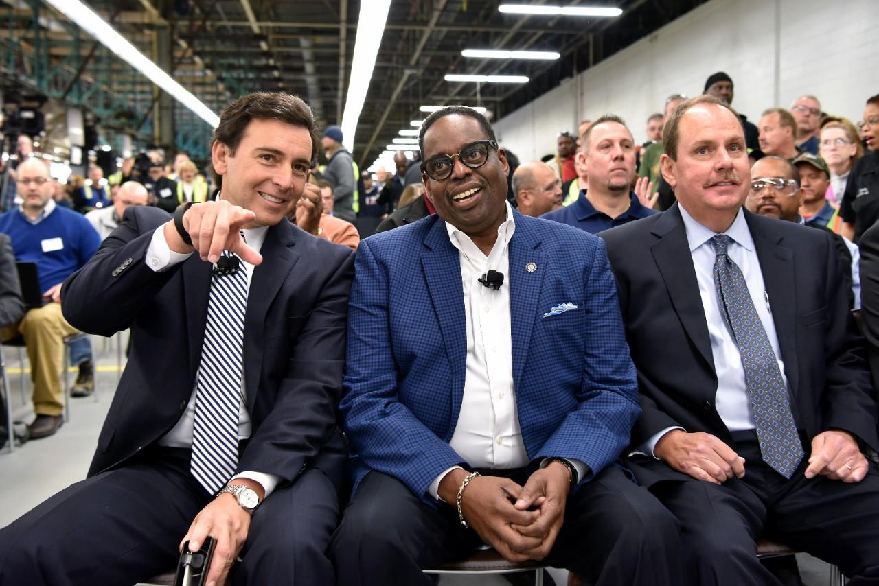 Ford-Chef Mark Fields (l.) stellt die Pläne zum Ausbau des Werkes in Flat Rockpersönlich vor. Neben ihm lächeltJimmy Settles, der Vizepräsident der Autogewerkschaft UAW.Dort, im so genannten Rost Belt, hatte der neue US-Präsident Donald Trump versprochen, neue Arbeitsplätze zu schaffen.