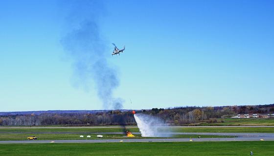 Das ist eine Drohne in Form eines Hubschraubers, der ein Feuer löscht. Künftig könnte verschiedene Drohnentypen koordiniert zur Feuerbekämpfung eingesetzt werden.