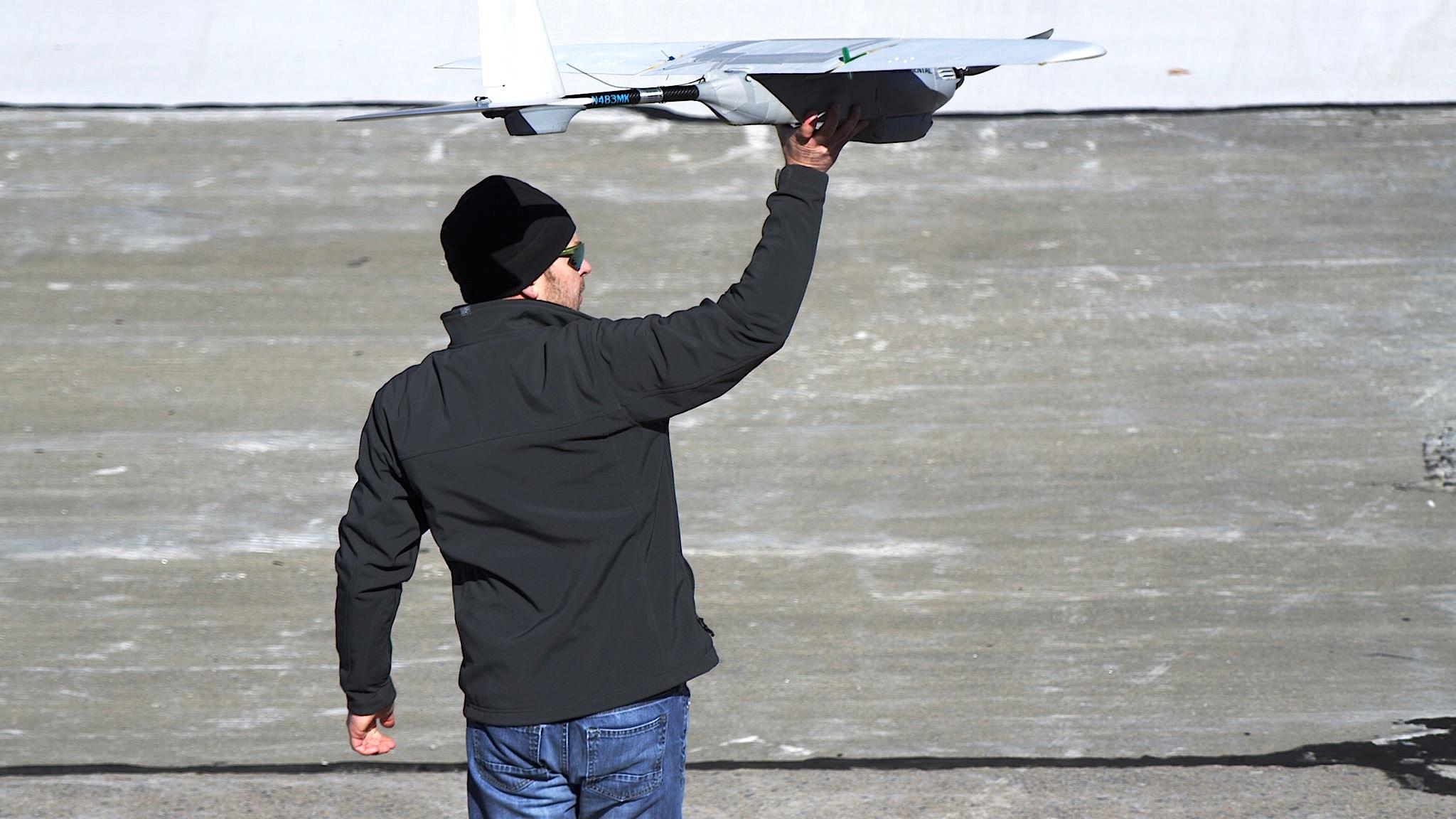 Die Drohne Desert Hawk wird aus der Hand gestartet.
