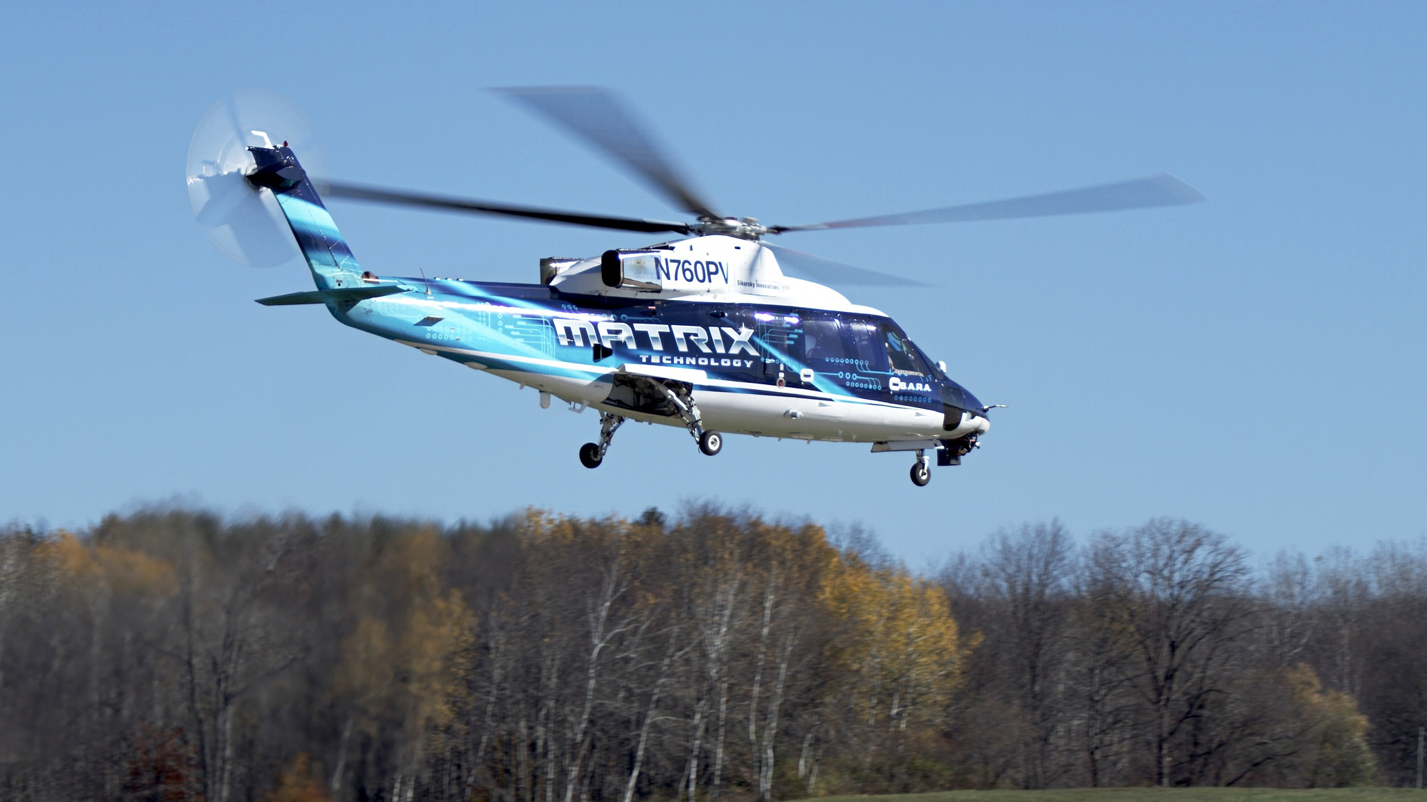 Der Sikorksky Hubschrauber S76 SARA fliegt autonom, kann aber Rettungskräfte und Verletzte an Bord nehmen.