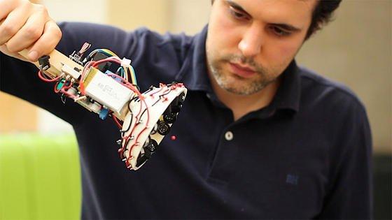Was hier aussieht wie eine Taschenlampe mit Kabelsalat ist ein selbstgebautes Gerät zur Erzeugung von Traktorstrahlen auf akustischer Basis. Auf dem Foto schwebt eine kleine Plastikkugel, festgehalten von Schallwellen.