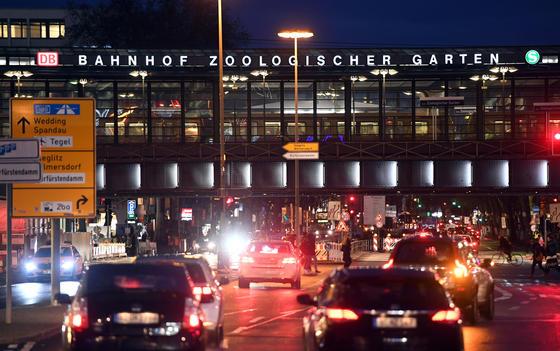 Verkehr am Bahnhof Zoo in Berlin: Eine neue Studie hat gezeigt, dass sogar Lastwagen und Busse mit Dieselantrieb nur halb so viel NOx ausstoßen wie modernste Diesel-Pkw.