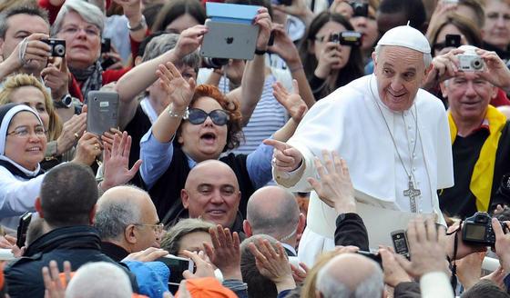 Papst Franziskus inmitten einer Menschenmenge:Mit Hilfe künstlicher Intelligenz will Mitsubishi Electric künftig große Menschenansammlungen überwachen. Das System verfolgt Videodaten in Echtzeit, die von Sicherheitskameras stammen und erkennt verdächtige Einzelpersonen, auf die bestimmte Fahndungsmerkmale zutreffen.