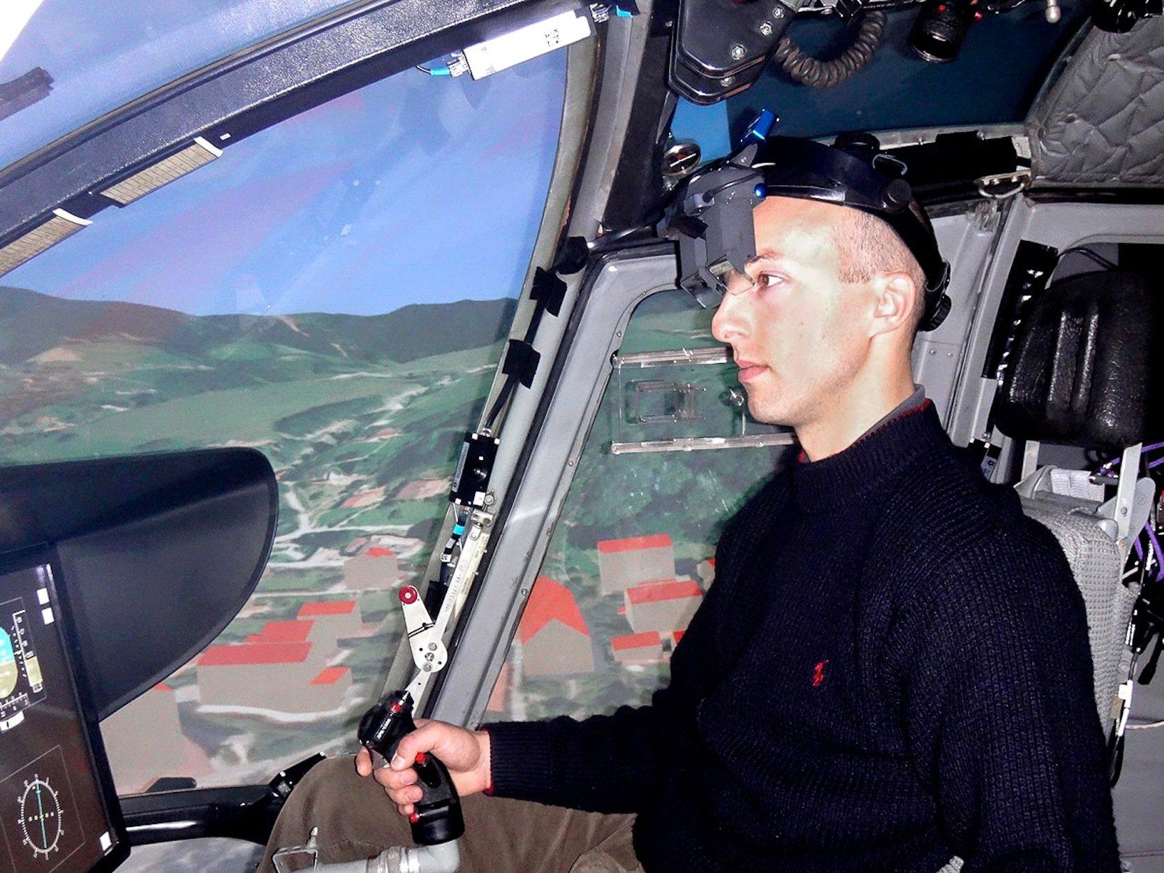 Per VR-Brille können dem Piloten zusätzliche Informationen eingeblendet werden.