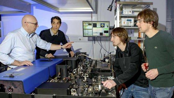 Nobelpreisträger Stefan Hell mit seinem Team: Sie haben das MinFlux-Mikroskop erfunden, mit dem sichdie Bewegung von Molekülen in einer Zelle mit einer 100 Mal besseren zeitlichen Auflösung verfolgen lässt als bisher.