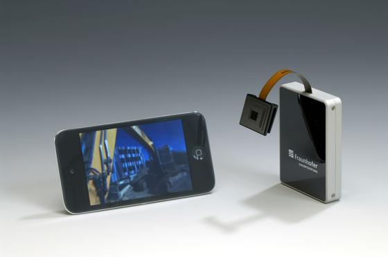 Der erste Prototyp der Technologie überträgt die Bilder der Kamera noch via Bluetooth über eine Sendebox an das Smartphone.