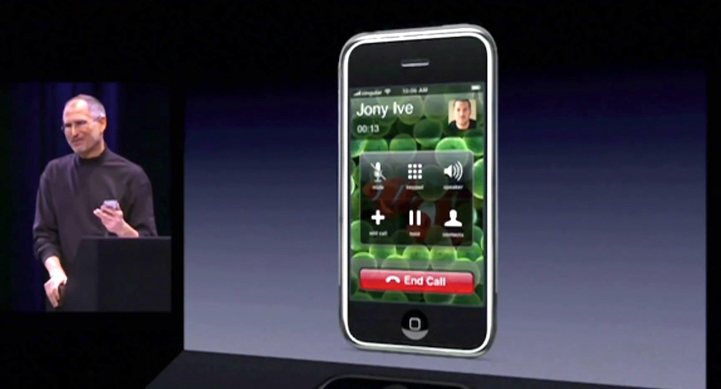 Steve Jobs telefoniert mit dem ersten iPhone auf der Bühne der MacExpo vor genau zehn Jahren.