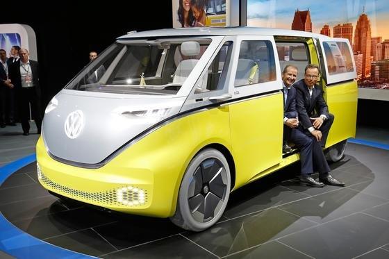 Auf diese Studie darf VW-MarkenchefHerbert Diess (l.) stolz sein: Der Elektrobus Buzz lässt dank Design und Zwei-Farb-Lackierung wieder das alte Bulli-Feeling aufleben.