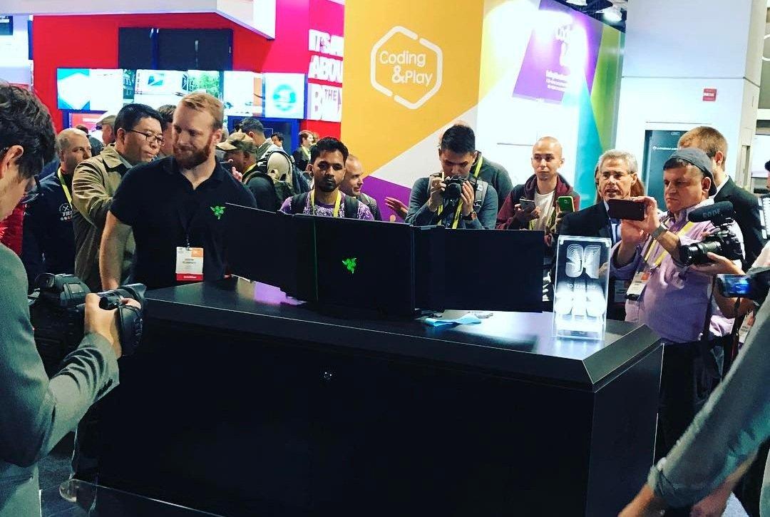Die Prototypen mit drei Bildschirmen waren auf der CES dicht umlagert. Gestohlen wurden die Geräte nach einer Pressekonferenz.