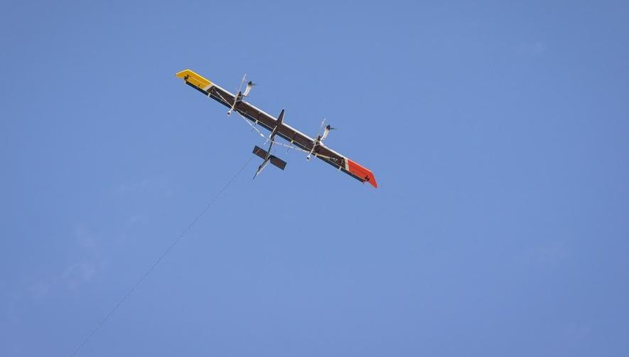 Makani zieht seine Kreise in der Luft. Zu sehen ist auch das Kabel, mit dem die gewonnene Energie auf die Bodenstation übertragen wird.