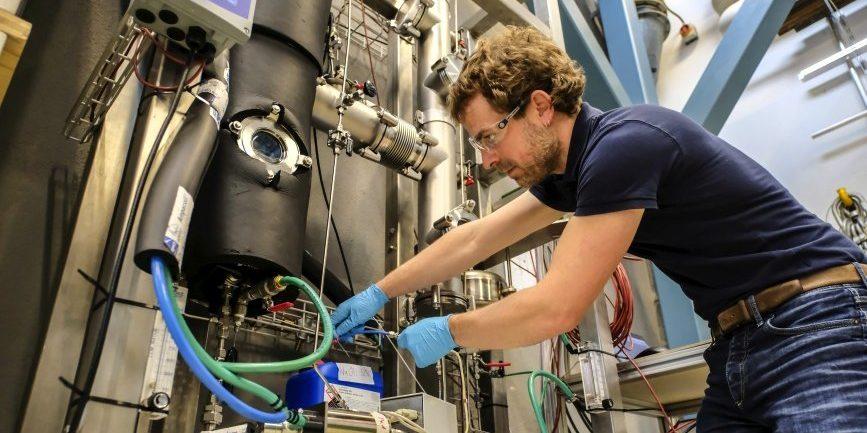 Ingenieur Benjamin Fumey an seiner Versuchsanlage im Empa-Labor in der Schweiz: Seit Herbst 2016 funktioniert der Wärmezyklus im Energiespeicher aus Natronlauge zuverlässig. Er kann Wärme über Monate und Jahre speichern. So lässt sich beispielsweise die Sommerwärme nutzen, um im Winter eine Fußbodenheizung zu betreiben.