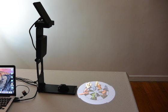 Die Hololamp kann Bilder in die Umgebung projizieren, die dem Betrachter Dreidimensionalität vorgaukeln.