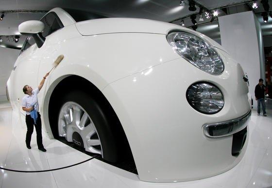 Fiat 500 auf der IAA: Fiat Chrysler steht massiv unter Druck. In Europa sollen die Fiat-Dieselmodelle über eine illegale Abschalteinrichtung der Abgasreinigung verfügen, in den USA sind die Chrysler-Modelle betroffen. Trotzdem dementiert Konzern-Chef Sergio Marchionne alle Vorwürfe.