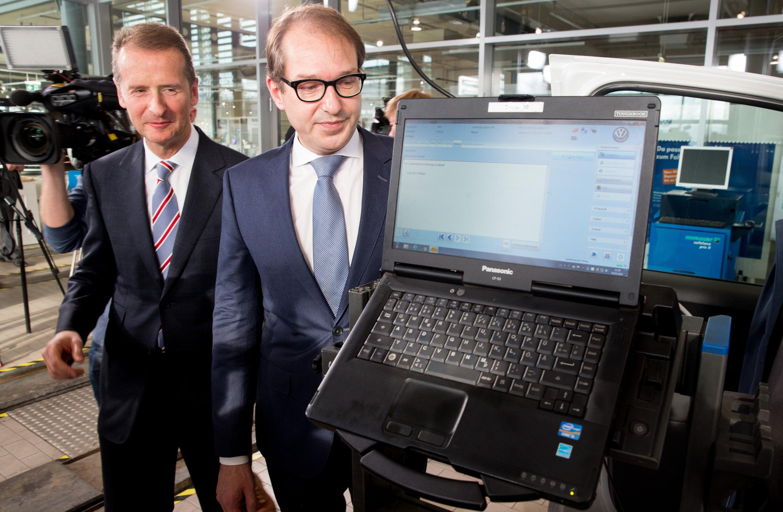 Bundesverkehrsminister Alexander Dobrindt mit VW-Markenchef Herbert Diess: Italien wirft Deutschland vor, keine Strafe gegen VW wegen des Dieselskandals verhängt zu haben.