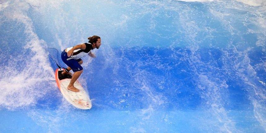 Das ist die größte Surfwelle der Welt in einer Messehalle