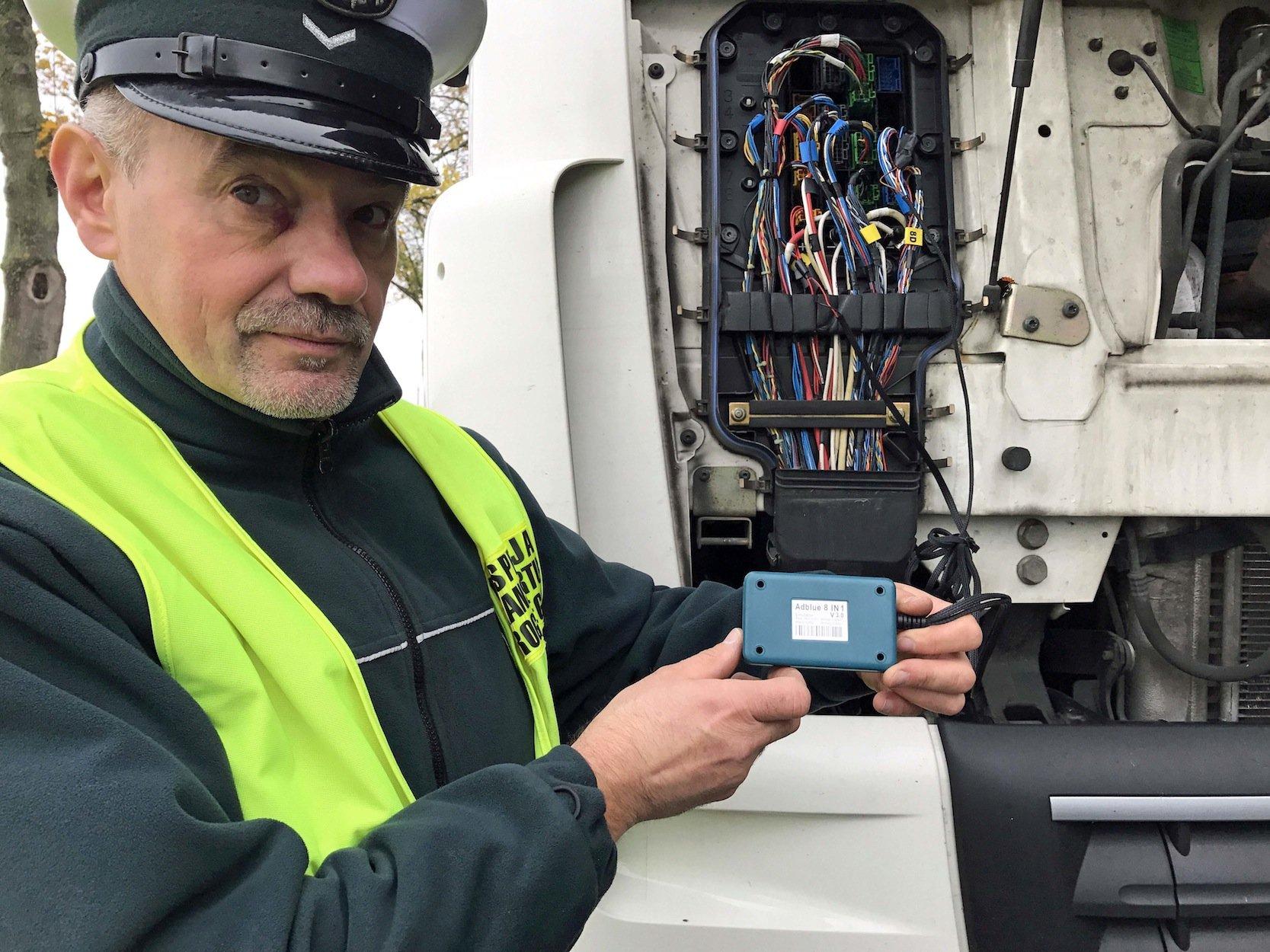 Kleiner Kasten mit großer Wirkung: Ein polnischer Polizist zeigt den AdBlue-Emulator, mit dem offenbar rund 20 % osteuropäischer Lkw in Deutschland unterwegs sind. Dadurch können die Lkw auch ohne AdBlue fahren.