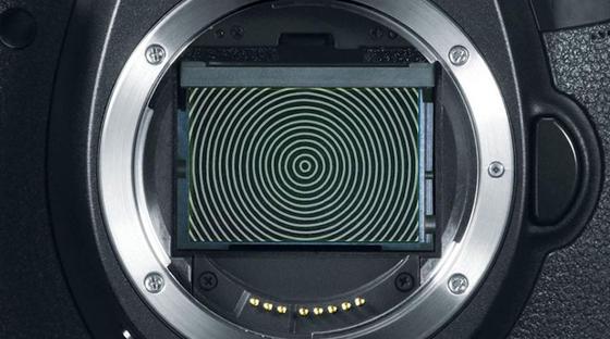 Hitachi hat eine linsenlose Kamera-Technologie entwickelt, die Videobilder nachträglich fokussieren kann. Dafür wird anstelle der Linse ein mit konzentrischen Kreisen bedruckter Film genutzt. Dieser ist direkt vor dem Bildsensor angebracht.