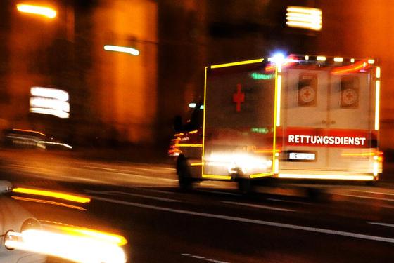 Rettungswagen in Stockholm sollen künftig schneller durch den Verkehr kommen. Dazu werden sie mit einem Gerät ausgestattet, das in den Autos das Radioprogramm unterbricht und auf den Rettungswagen hinweist.