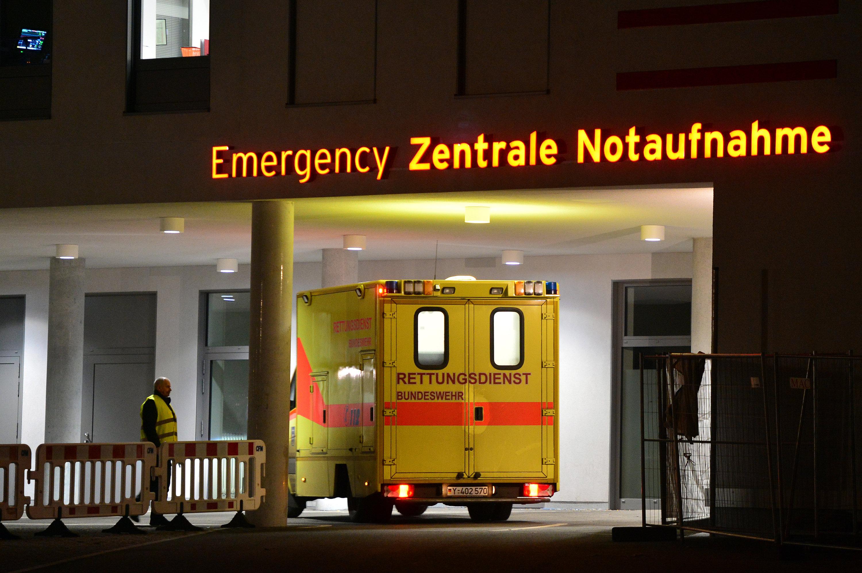 Rettungswagen in der Notaufnahme der Charité in Berlin: In Schweden wollen Rettungsdienste künftig Warnhinweise während eines Einsatzes über den Verkehrsfunk senden, damit Autofahrer gewarnt sind und schneller eine Rettungsgasse freimachen können.