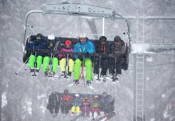 Auch in Deutschland gibt es einige Skigebiete wie hier ein Lift in Winterberg (Nordrhein-Westfalen). Rekorde brechen die deutschen Gebiete allerdings nicht.