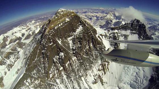 Gipfel des Mount Everest, aufgenommen von einem Motorsegler des DLR im Jahr 2014, vor dem schlimmen Erdbeben 2015. Seitdem wird spekuliert, ob sich der Gipfel des höchsten Berges der Welt um einige Zentimeter gesenkt oder sogar erhöht hat.