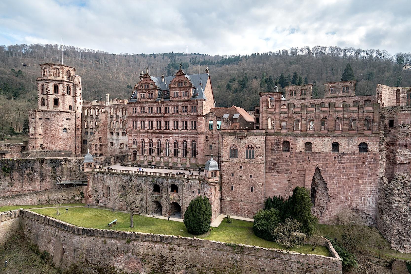 Die Nordseite des Heidelberger Schlosses heute ...