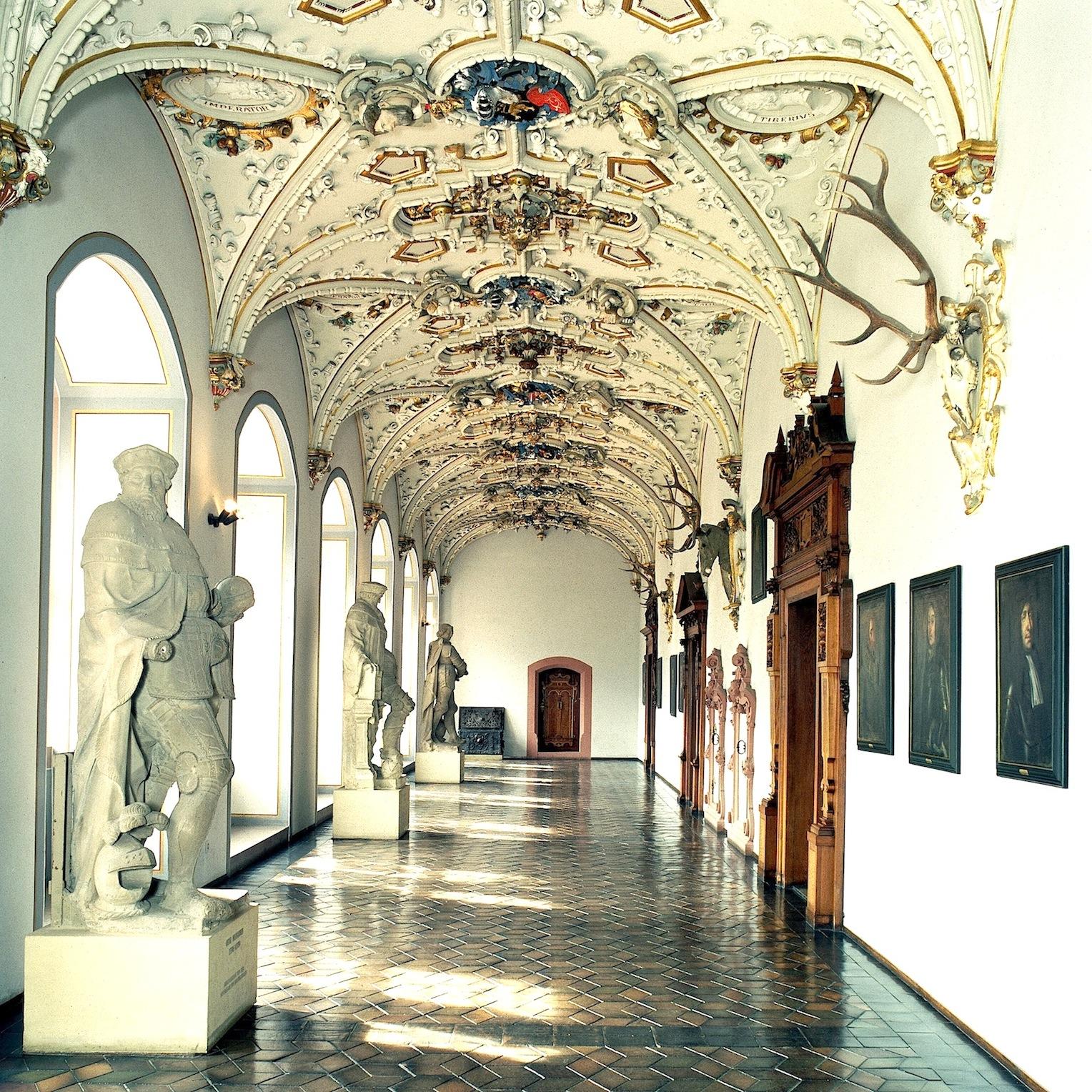 Einige Teile des Heidelberger Schlosses haben Zerstörung und Verfall überstanden:Ende des 19. Jahrhunderts wurde unter anderem dieser Flur im Friedrichsbau mit einer Gewölbestuckdecke im Neorenaissance-Stil ausgestattet.