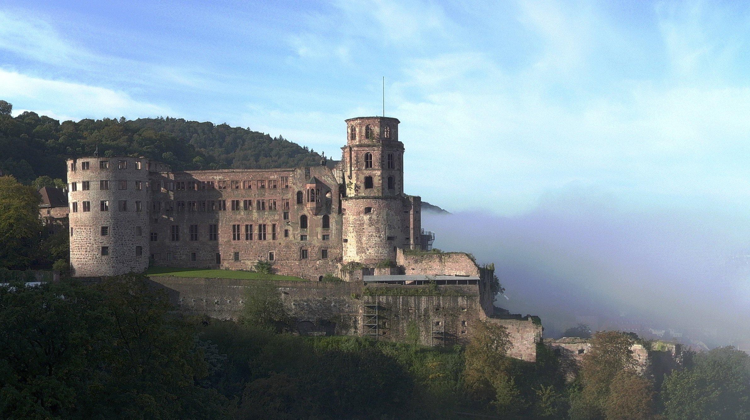 Schloss Heidelberg thront an der Nordflanke des Königstuhls über der Altstadt von Heidelberg.