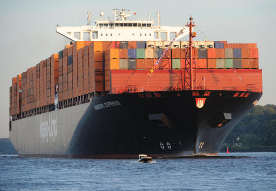Containerschiff Hamburg Express in der Elbe: Bleiben solche Schiffe wegen eines Getriebeschadens liegen, verursacht das nicht nur hohe Kosten. Die Schiffe blockieren auch noch Schifffahrtswege. Ingenieure entwickeln gerade Sensoren, die den Verschleiß der Zahnräder und Kupplungen direkt im Getriebe selbst überwachen. Getriebeschäden werden dadurch rechtzeitig entdeckt.