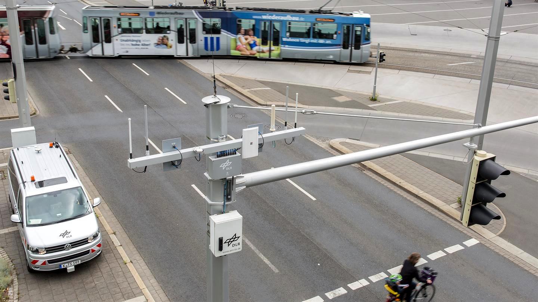 Die Ampelanlagen sind mit Sensoren ausgestattet, die über die Car2X-Technologie mit den Autos kommunizieren können.