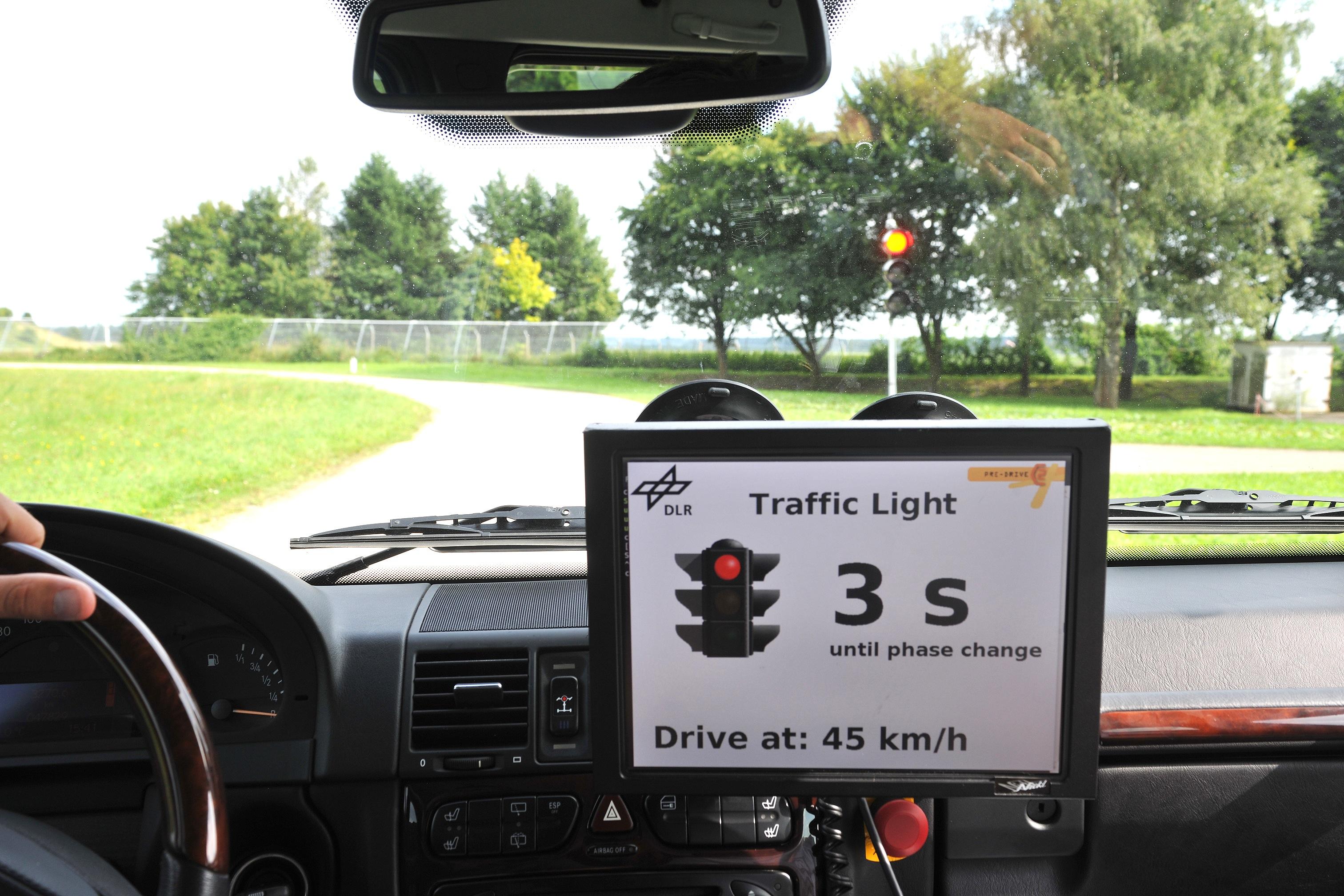 Intelligente Ampeln können beispielsweise die Restdauer der Grünphase und die dazu passende Geschwindigkeit anzeigen.