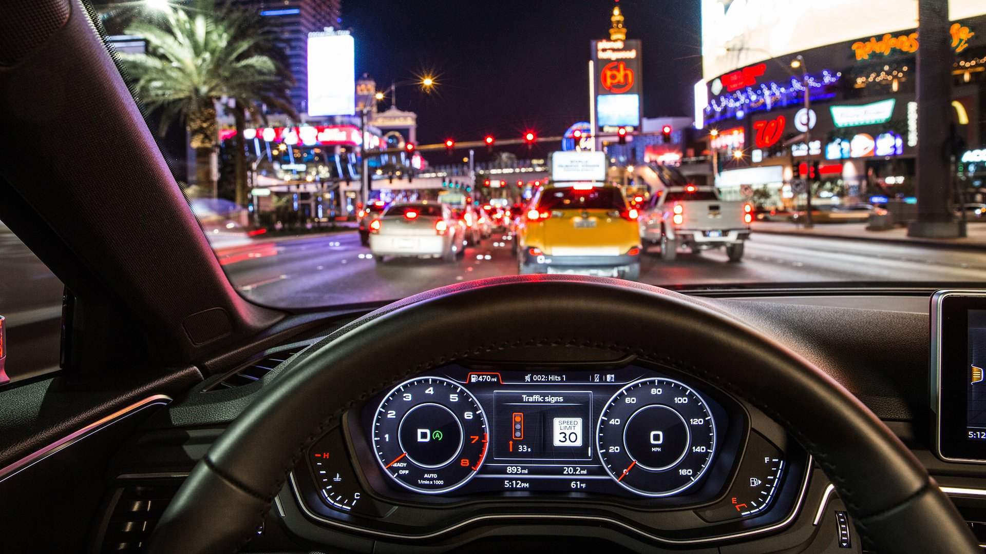 Audi hat die Car2X-Kommunikation mit intelligenten Ampelanlagen zuletzt in Las Vegas getestet. Deutlich zu erkennen ist das Ampelsymbol und die angezeigten Dauer des Rotlichtphase.